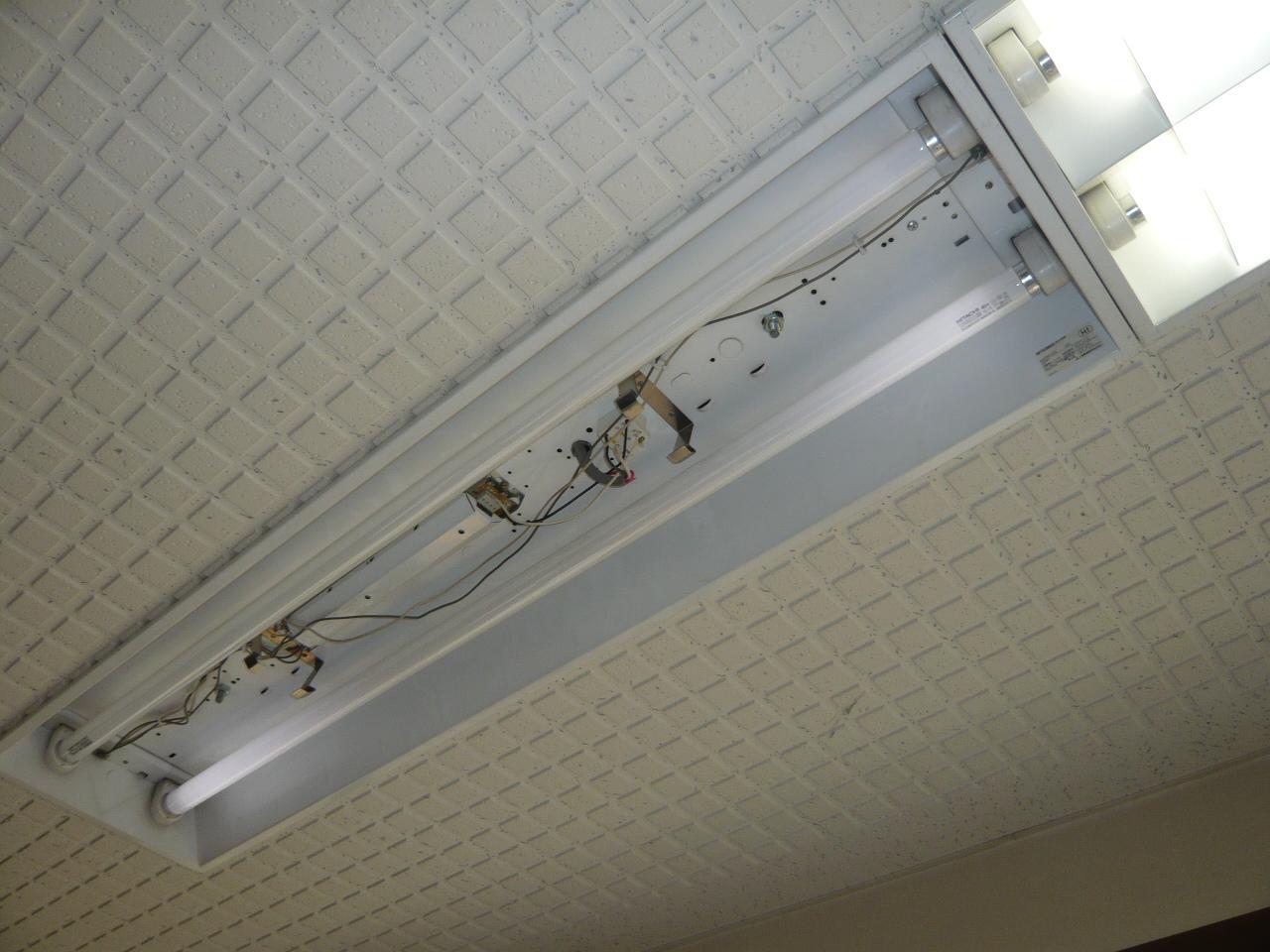 安定器取替 施工事例 名古屋昭和区  既存の安定器の電線を外し、安定器本体を取り外します。 ↓