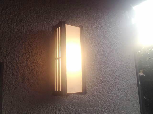 日進市にて玄関外灯交換の電気工事を行ってきました。